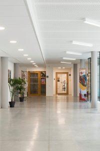 Photo de l'accueil de l'espace Beaulieu, hall qui accueil les expositions, lumineux et moderne