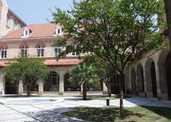 Photo du cloître de Beaulieu, lieu atypique dans bordeaux avec fontaine et arbres