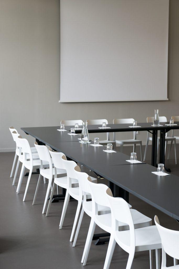 Salles de réunion et de réception à louer dans Bordeaux, salle lumineuse, spacieuse et équipée de projecteur, disposition en carré