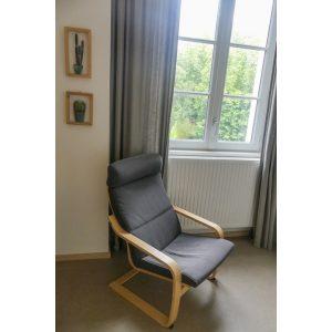 fauteuil dans la chambre d'hôtel twin à louer dans le centre