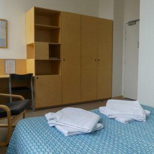 feuteuil, bureau et bibliothèque de chambre d'hôtel à louer dans Bordeaux
