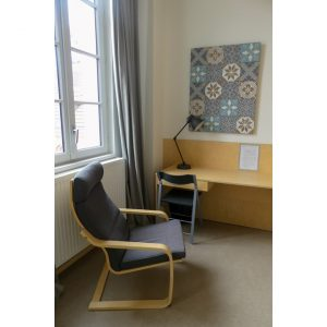 fauteuil et bureau dans une chambre d'hôtel twin dans Bordeaux